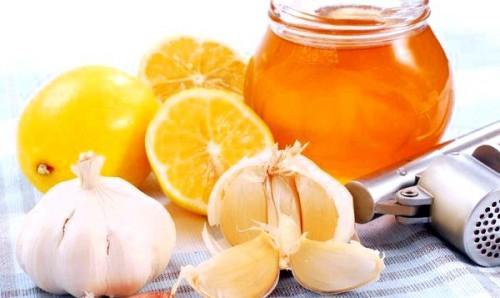 Мед, чеснок и лимон для очистки сосудов от холестерина и солей