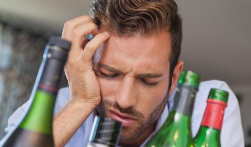 Болит голова после алкоголя: что делать, как снять головную боль