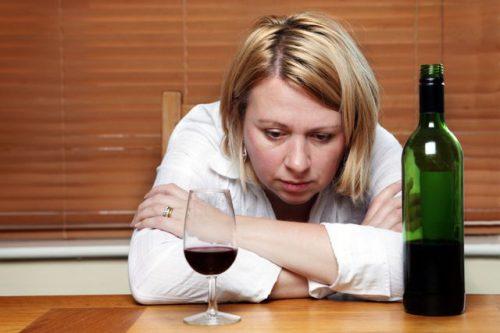 Женщина пьет вино