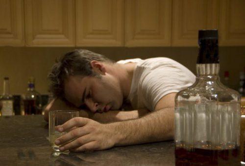 Пьяный уснул за столом