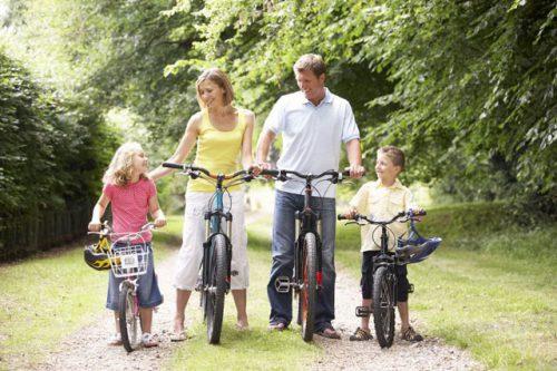 Семья на велосипедной прогулке