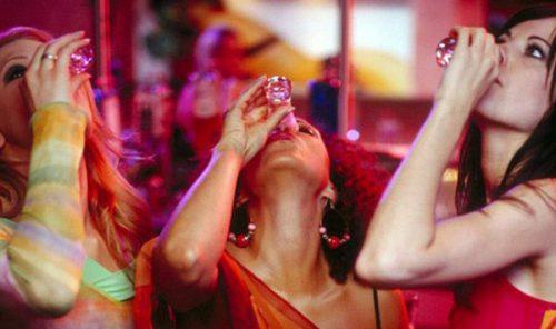Девушки за выпивкой