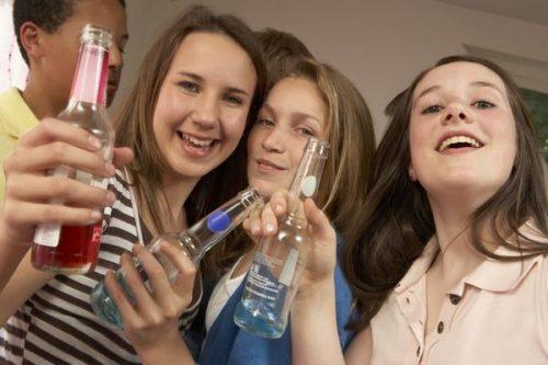 Подростки с бутылками спиртного