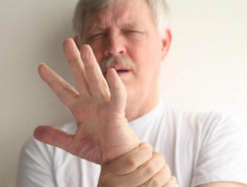 У мужчины трясутся руки