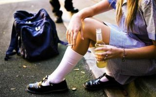 Пиво в руках девочки