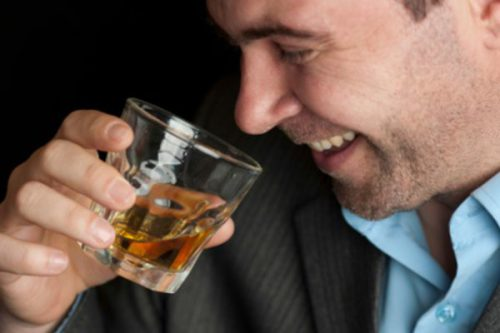 Человек пьет коньяк