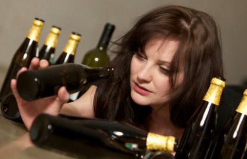Женщина выпивает каждый день