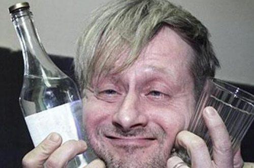 Мужчина с бутылкой и стаканом в руках