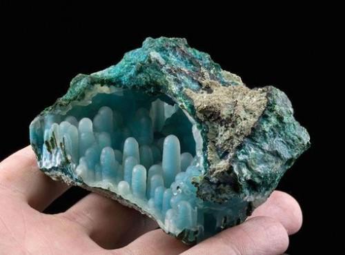 Халцедон со сталактитами хризоколла