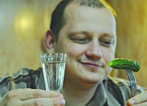 Мужчина с рюмкой водки