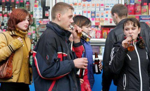 Подростки пьют пиво