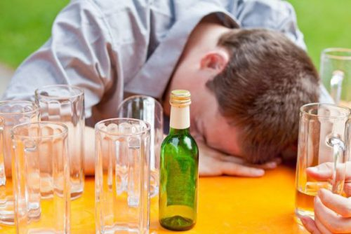 Пьяный спит за столом