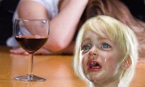 Ребенок и бокал вина